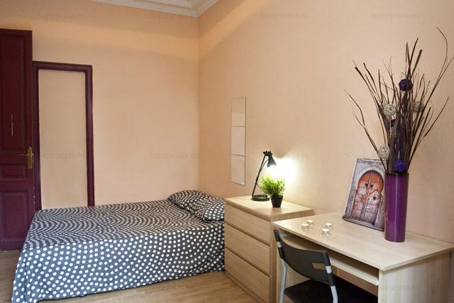 Habitaci n con cama doble barcelona piso para compartir for Piso 1 habitacion barcelona