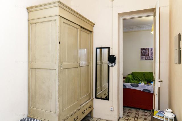 Compartir piso Barcelona habitación cama individual y armario empotrado