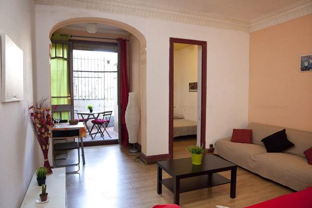 Salón en piso de estudiantes Barcelona con terraza compartido