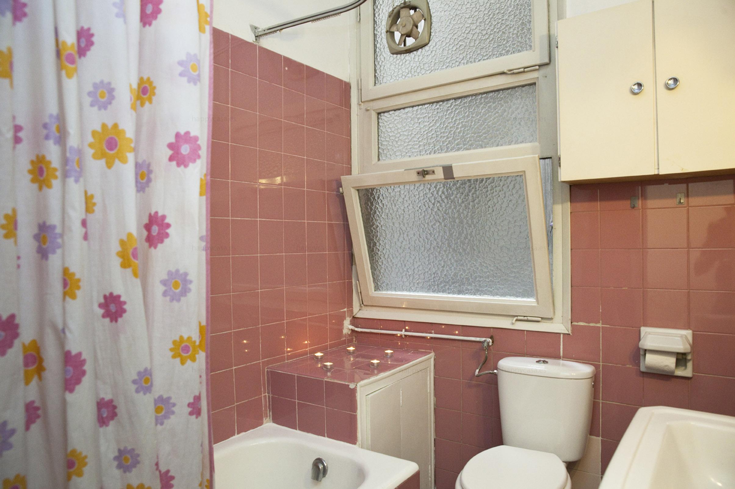 Cuarto de baño con bañera piso compartido Barcelona Eixample Izquierda
