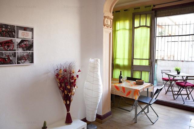 Compartir piso en Barcelona con salón soleado cómodo con internet