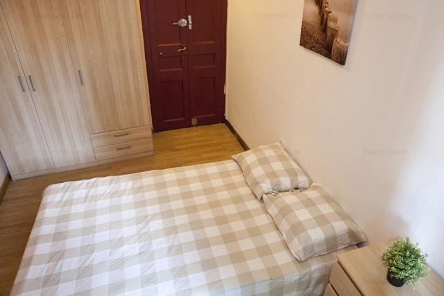 Habitación grande con armario empotrado escritorio Barcelona piso