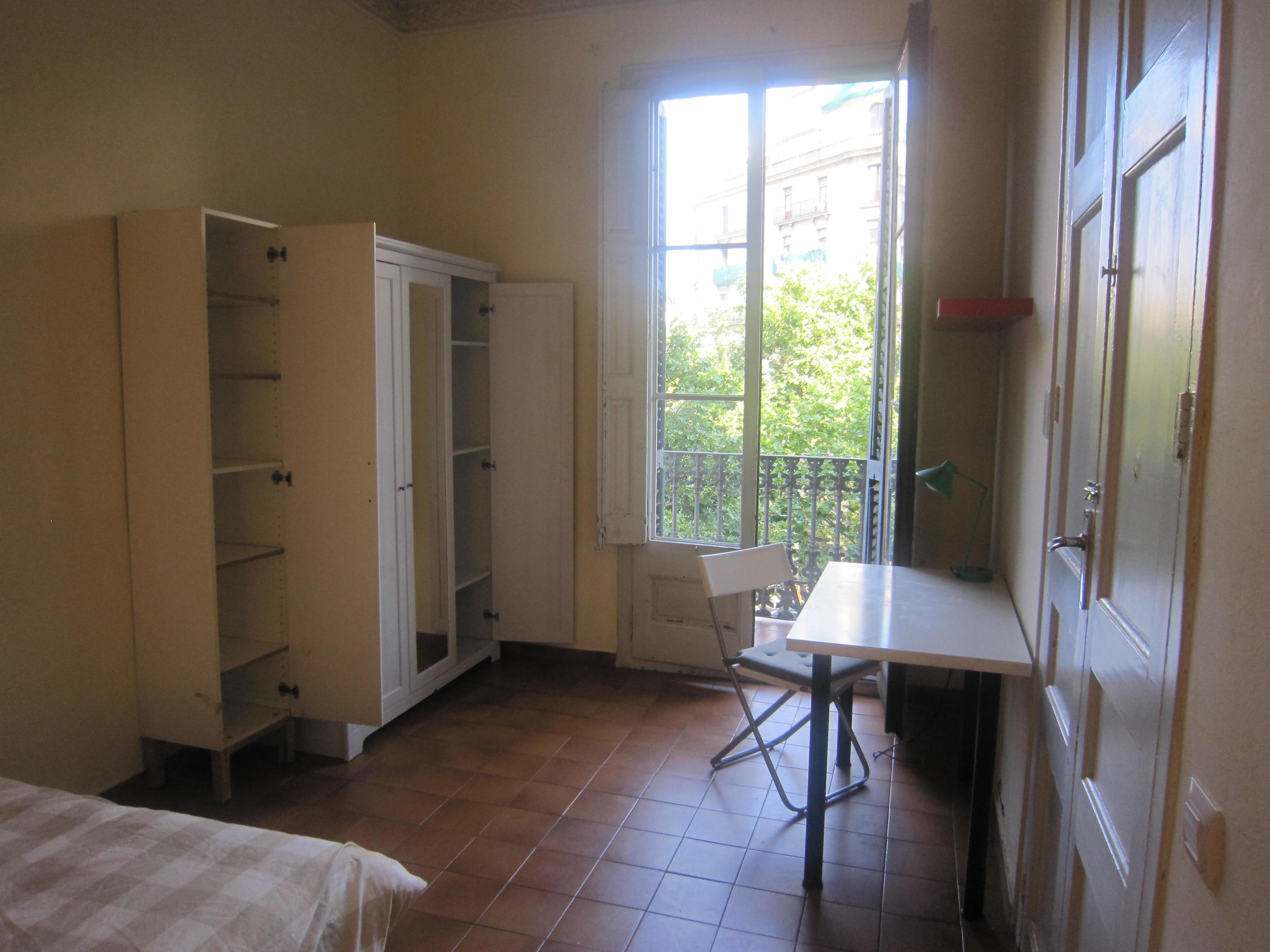Linda habitación con armario empotrado escritorio Barcelona piso