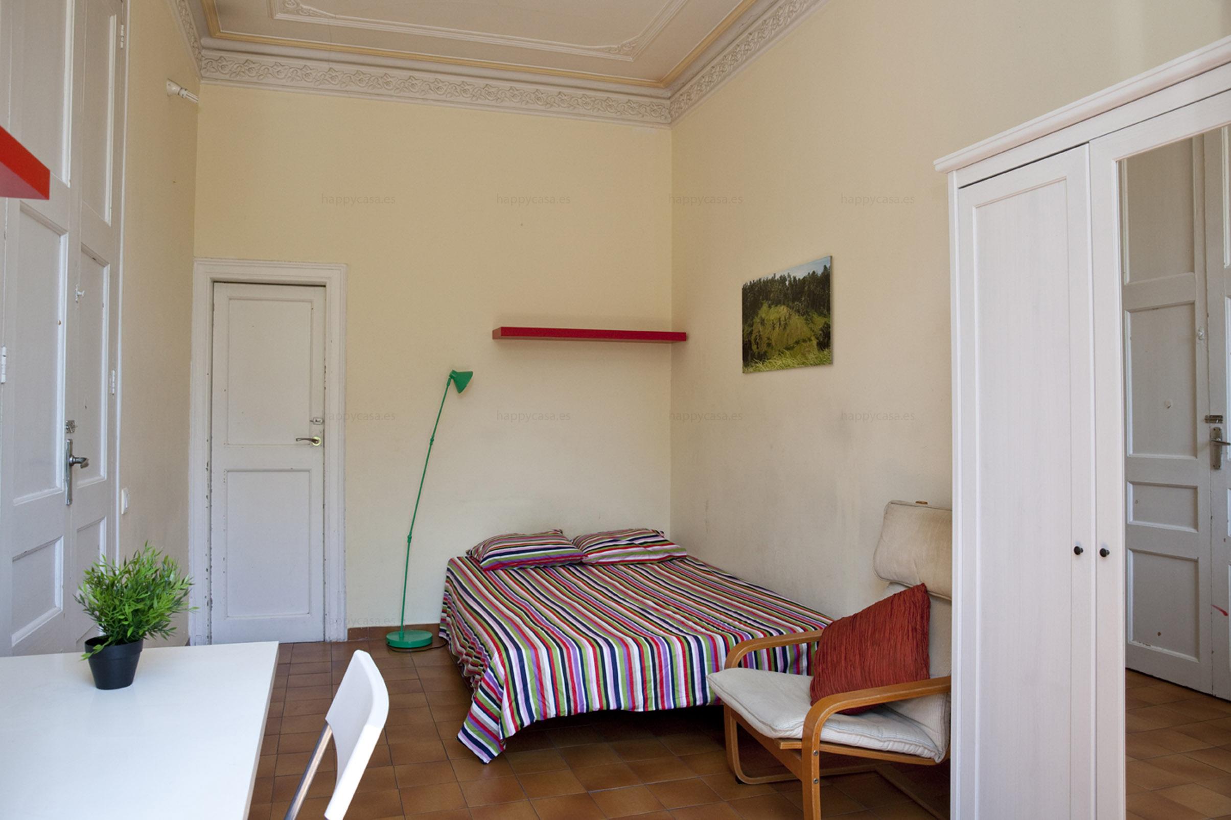 Cama doble en habitación soleada en piso compartido Barcelona