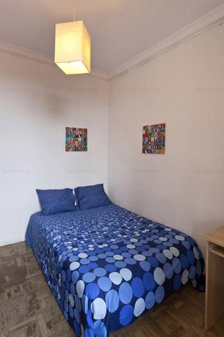 Dormitorio grande en piso central Barcelona L2 cómodo