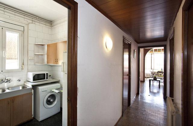 Barcelona habitación joven en piso con cocina luminosa