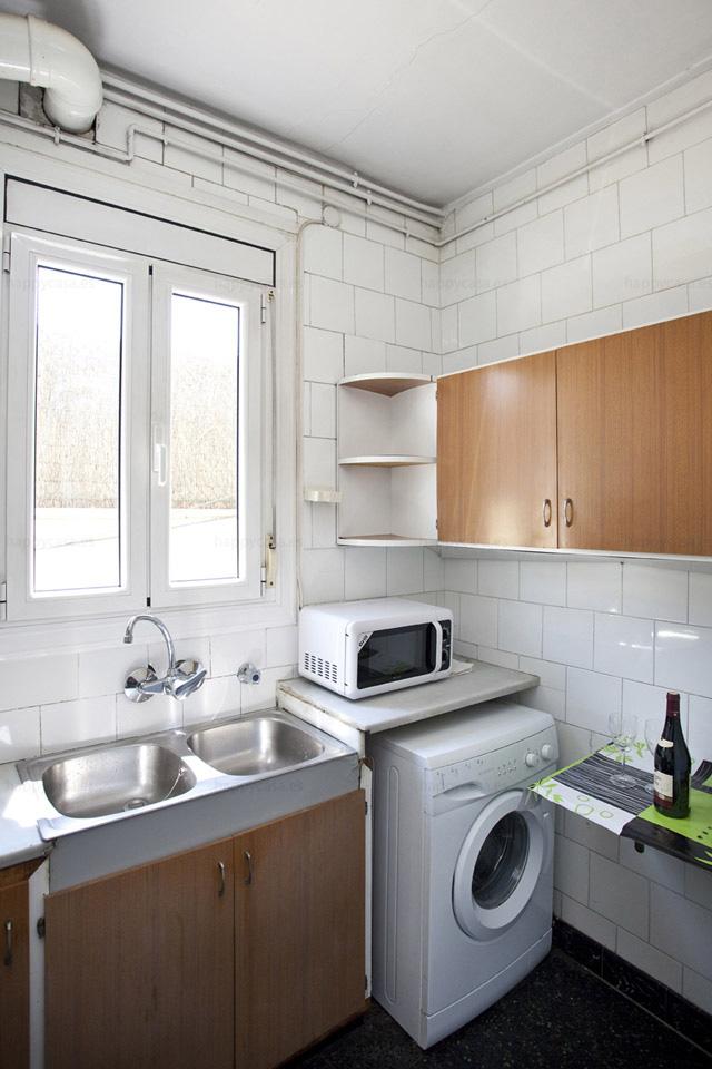 Cocina equipada con lavadora en piso compartido Barcelona