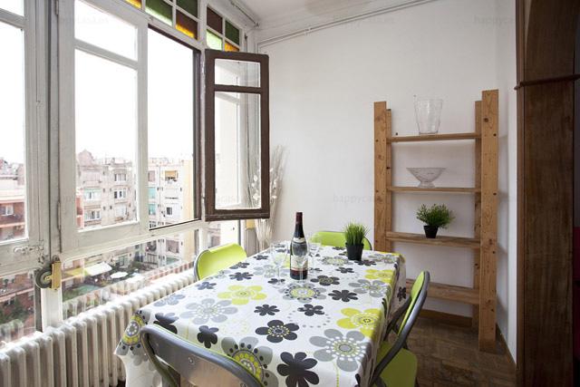Lloguer habitació Barcelona amb saló lluminos Monumental