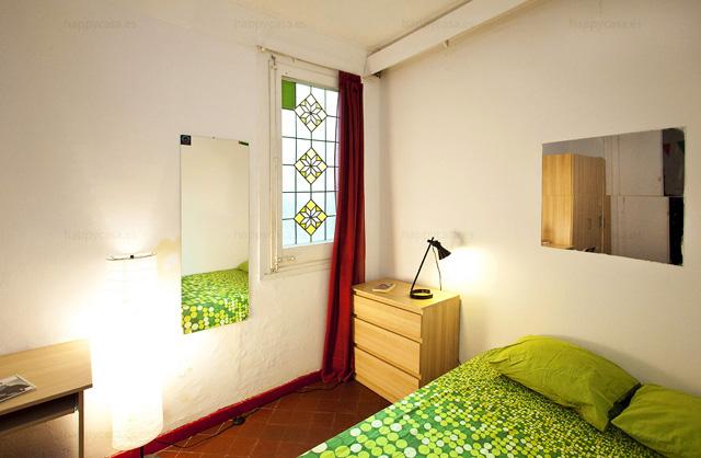 Alquilar habitación privada Barcelona cama doble escritorio