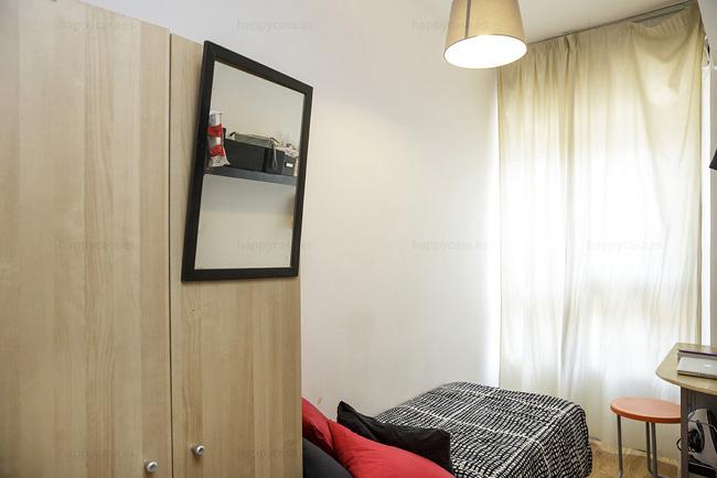 Busco habitación zona tranquila cama individual barata Barcelona