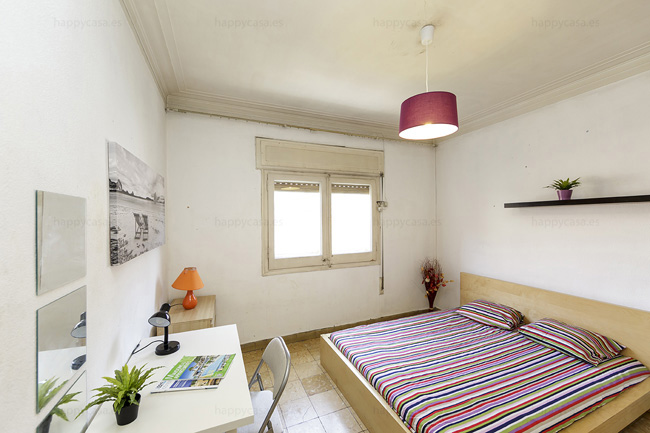 Double bed in student flat Barcelona Gracia ALT