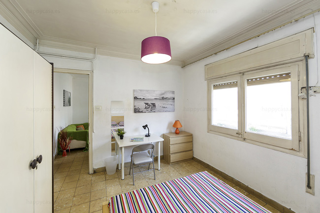 Room cosy with young and international flatmate Barcelona ALT