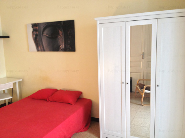 Cuarto cama doble con armario empotrado en apartamento Barcelona